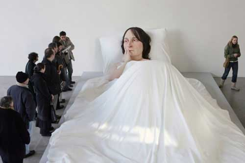 Escultura de Ron Mueck, In Bed 2005